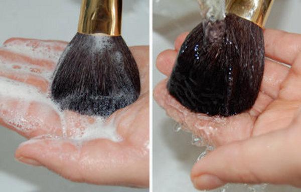 497993 Pincéis de maquiagem como limpar 03 Pincéis de maquiagem, como limpar