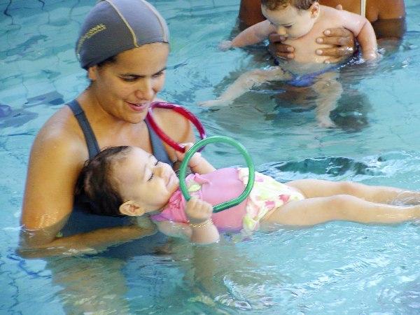499005 Praticamente todo mundo pode realizar esse esporte salvo em casos de contraindicação médica. Conheça os benefícios da natação