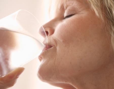 499058 Manter a hidrata%C3%A7%C3%A3o %C3%A9 essencial para evitar a dor de garganta. Dor de garganta: dicas para tratar