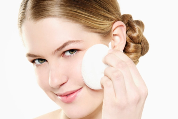500999 Antes de iniciar a maquiagem lave o rosto com %C3%A1uga e sab%C3%A3o neutro. Maquiagem escura: cuidados ao fazer