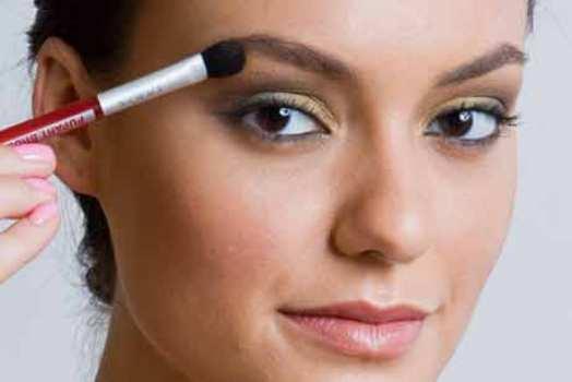 500999 Para deixar o olhar mais destacad passe iluminador nas sobrancelhas. Maquiagem escura: cuidados ao fazer
