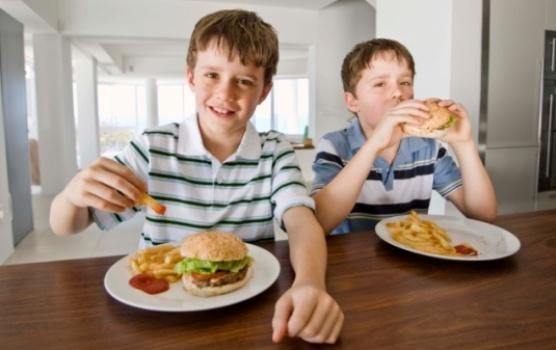 501217 Cerca de 30 das crianças sofrem de colesterol alto 1 Cerca de 30% das crianças sofrem de colesterol alto