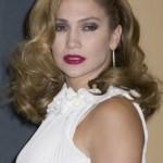 501712 Jennifer Lopez escolheu a base e o pó na cor errada e ficou com a aparência muito pálida. 150x150 Famosas, erros na maquiagem