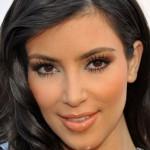 501712 O excesso de pó ressaltou as linhas de expressão de Kim Kardashian. 150x150 Famosas, erros na maquiagem