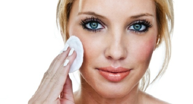 503255 mulher removendo a maquiagem 1343949188487 615x300 Maquiagem para usar de manhã: dicas