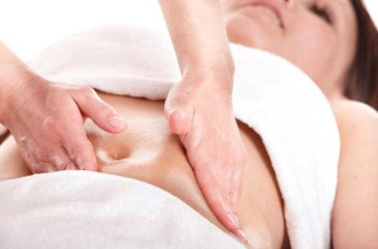 504024 Realizar massagens no abdomen ajudam aliviar os sintomas da cólica menstrual. Cólica menstrual: como aliviar