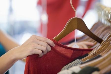 504062 Atualmente é possível comprar roupas no exterior através de sites da internet. Sites para compra de roupas no exterior