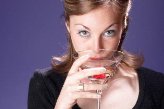 504870 Casamento faz mulheres consumirem mais bebidas alcoólicas Casamento faz mulheres consumirem mais bebidas alcoólicas