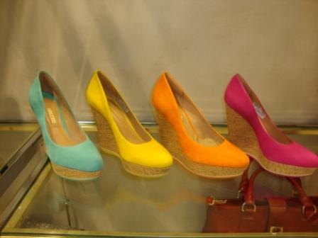 505158 Os sapatos anabela coloridos são ótimas opções de escolha da moda Arezzo Fotodivulgação. Coleção da Arezzo verão 2013