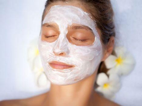 508093 A máscara facial de coco verde deve ser aplicada no rosto deixando agir por cerca de dez minutos Fotodivulgação. Máscara facial de coco verde: como fazer, benefícios