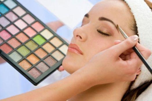 509176 A maquiagem com sombra no tom da sobrancelha é uma otima opção para disfarçar as falhas Fotodivulgação. Como disfarçar falhas na sobrancelha usando maquiagem