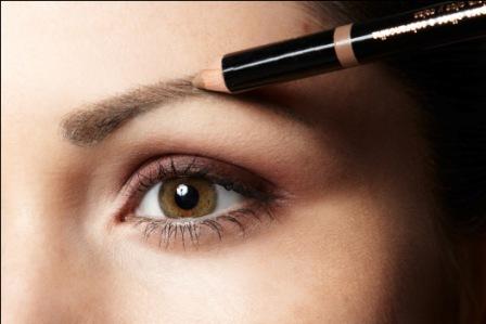 509176 O preenchimento com lápis preto ou marrom é uma dica de maquiagem para disfarçar falhas na sombrancelha Fotodivulgação. Como disfarçar falhas na sobrancelha usando maquiagem