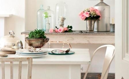 512368 As mesas e cadeiras antigas são ideais para a decoração shabby chic Fotodivulgação. Estilo shabby chic na decoração