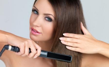 514458 Para finalizar a cauterização é necessário escovar e pranchar os cabelos Foto divulgação. Cauterização capilar em casa: como fazer passo a passo