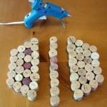 514778 A cola quente deve ser usada para unir as rolhas de garrafa e formar o descanso de panela Foto divulgação. 150x150 Descanso de panela com rolhas de garrafa, como fazer