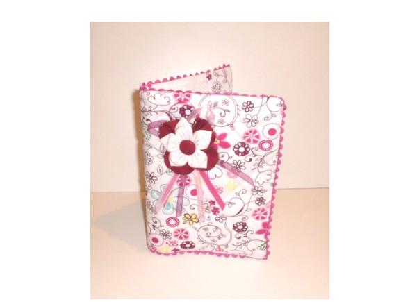 515595 As aplicações com flores são excelentes opções para encapar livros com tecidos Foto divulgação. Capa de livro com tecido: saiba como fazer