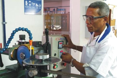 515861 O SENAI oferede todo os equipamentos necessários para uma formação profissional adequada. foto divulgação Curso Técnico de Madeira e mobiliário Senai