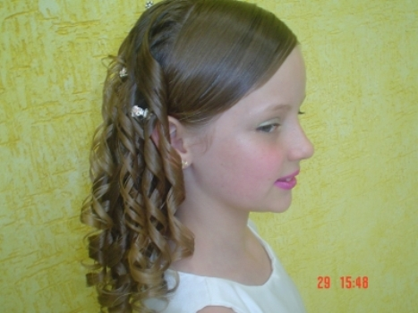 517419 O ideal é valorizar os cachos naturais nos penteados. Foto divulgação Penteado infantil para cabelo cacheado