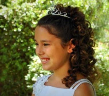 517419 Os cabelos cacheados podem ser presos. Foto divulgação Penteado infantil para cabelo cacheado