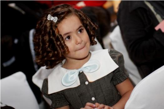 517419 Os laços e fitas são ótimos para serem usados em peteados infantis para cabelos cacheados. Foto divulgação Penteado infantil para cabelo cacheado