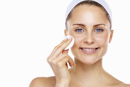 517432 Os adstringentes ajudam a remover as impurezas mais profundas da pele. Foto divulgação Adstringente para pele: como usar corretamente