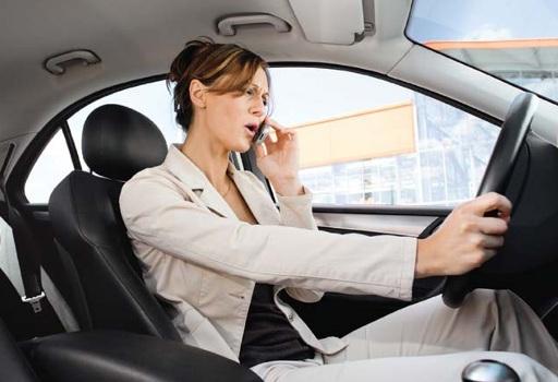 517564 Uso do celular ao dirigir reduz 80 da atenção Uso do celular ao dirigir reduz 80% da atenção