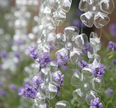519932 As garrafas pet podem ser usadas na decoração dos jardins. Foto divulgação Jardim decorado com materiais recicláveis: dicas