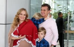 Angélica e Luciano Huck deixam a maternidade