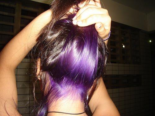 522664 O cabelo deve ser descolorido primeiro para depois tingir com violeta genciana. Foto divulgação Tingir o cabelo com violeta genciana: como fazer