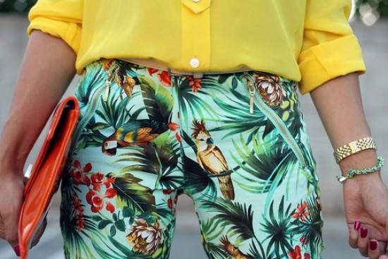 525205 As calças com estampas tropicais são ótimas opções de escolha. Foto divulgação Estampas tropicais que estão na moda