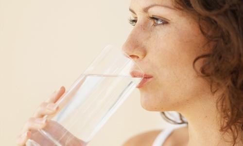 525929 Beber bastante água ajuda a superar os sintomas da abstinência. Foto divulgação.ashx  Abstinência de cigarro: sintomas