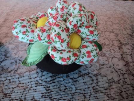 526531 Os vasinhos de flores ficam muito bonitos como pesos de porta. Foto divulgação Pesos de porta criativos: fotos