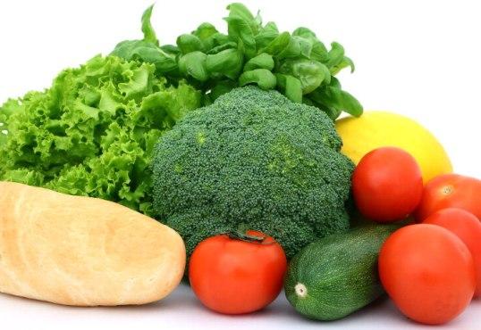 526555 A vitamina A é encontrada no tomate vegetais verde escuro e outros. Foto divulgação Alimentos ricos em vitaminas A, C e E, tabela