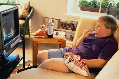 529163 A criança não presta atenção na quantidade de alimento que ingere. Criança não deve comer em frente à TV