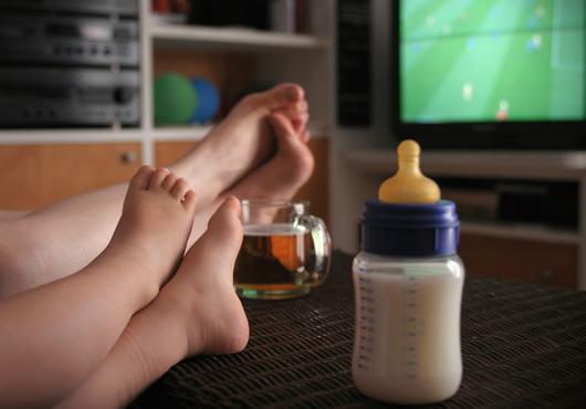 529163 As regras alimentares devem ser seguidas por toda família. Criança não deve comer em frente à TV