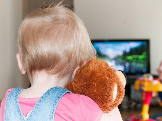 529163 Comer assistindo TV é um hábito bastante comum. Criança não deve comer em frente à TV