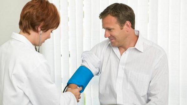 533229 Dar risada ajuda a controlar a pressão arterial. Benefícios do riso para a saúde