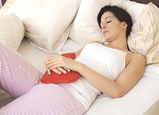 534042 As compressas qunets melhoram os sintomas de dor da cíolica menstrual. Foto divulgação Cólicas menstruais fortes: o que pode ser
