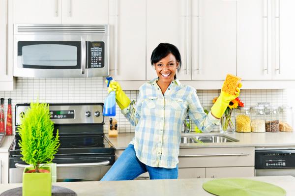 535329 mulher limpando a casa cozinha dançando e cantando Como facilitar a limpeza da casa