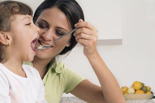 537127 Os pais devem conversar e explicar aos filhos a importância dos alimentos. Foto divulgação Como fazer a criança comer de tudo