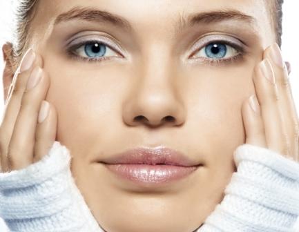 537176 A maquiagem deve ser removida da pele antes de dormir. Foto divulgação Limpeza de pele: mitos e verdades