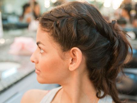 538275 As tranças laterais podem ser feitas em cabelos repicados. Foto divulgação Penteados para cabelos repicados