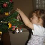 538606 As crianças podem ajudar a montar a árvore de natal. Foto divulgação 150x150 Festa de Natal na escola: dicas de decoração