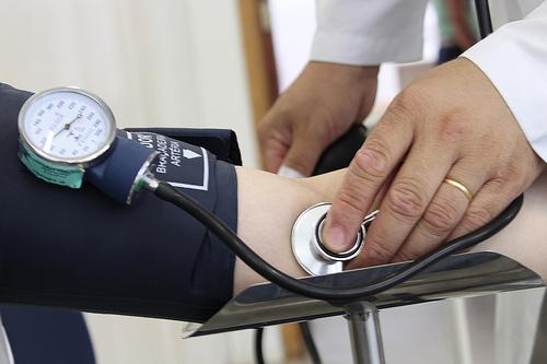 538724 Para medir a pressão arterial é necessário um esfigmomanômetro e um estetoscópio. Foto divulgação Como medir pressão arterial, passo a passo
