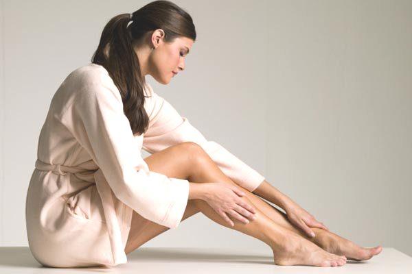 542232 Deopis da depilação um hidratante suave ajuda na recuperação da pele. Cuidados com a pele antes e depois da depilação