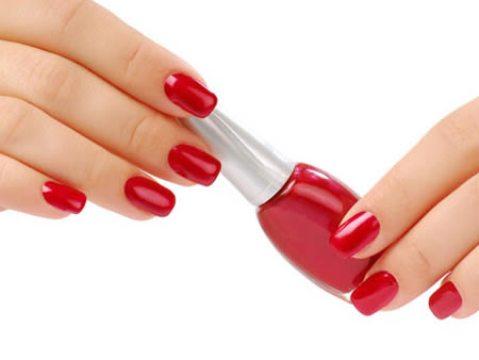 542981 O uso de esmaltes escuros pode causar manchas nas unhas. Foto divulgação Manchas de esmalte escuro na unha: como remover