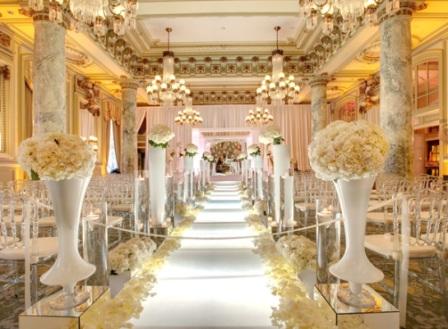 552417 A decoração em branco com dourado deixa o ambiente muito sofisticado e bonito. Foto divulgação Decoração de casamento dourado e branco