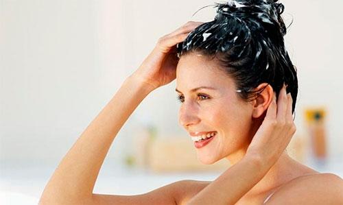 552440 Aplique a mistura de creme com bepantol e deixe agir nos cabelos por alguns minutos. Foto divulgação Hidratar o cabelo com bepantol