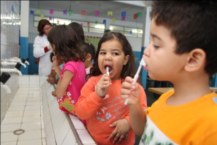 553535 A escovação supervisionada é uma excelente forma de ensinar saúde bucal para a criança. Foto divulgação Higiene bucal na escola: como ensinar