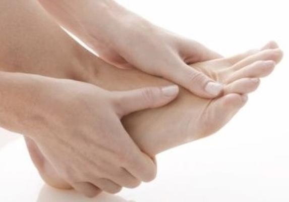 553569 Os cuidados com os pés são essenciais para evitar as rachaduras. Foto divulgação Rachaduras nos pés: como tratar